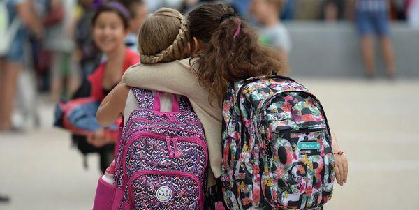 deux-petites-filles-se-retrouvent-pour-le-premier-jour-de-la-rentree-scolaire-a-l-ecole-europeenne-de-strasbourg_5406595